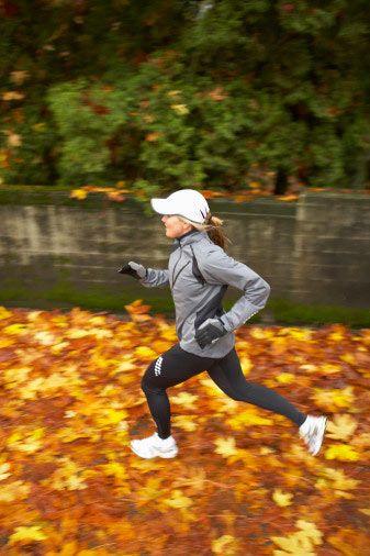 3.hafta: Güç toplama yürüyüşü  Tempo: İlk gün yürüyüşe ısınma adımlarıyla başlayın. Ardından 2 dakika boyunca tıpkı jogging yapar gibi hızlı adımlarla yürüyün. (dakikada 140 – 160 adım) Sonra 5 dakika boyunca yeniden normal tempoya dönün. Yürüyüşünüze şöyle devam edin: 3 dakika hızlı, 5 dakika yavaş, 4 dakika hızlı, 5 dakika yavaş, 5 dakika hızlı ve 15 dakika boyunca yavaş. Bu değişimli tempoda yürüyüş süresini yaklaşık bir saat olarak belirleyin. İkinci gün: ilk gün gibi temponuzu değiştirin.  Önemli: Nabzınız, maksimum değerin yüzde 65′ini geçmemeli. (220′den yaşınızı çıkarın. Mesela, 220 - 30: 190) Bu değerde yağlarınızı yakmak için en üst sınırda çalıştığınızı unutmayın. Temponuzu küçük adımlarla yakalamaya çalışın.